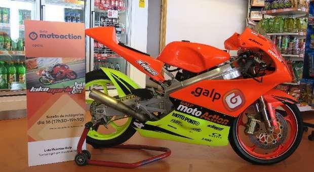 Moto de competição do jovem Kiko Maria em Exposição