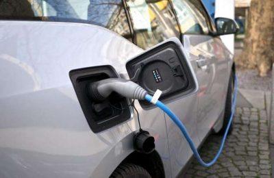Carros elétricos na estrada sem garantia de carregamento