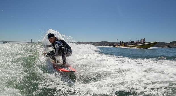 Garrett McNamara surfou a onda mais longa no Tejo