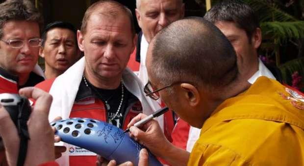 Tocha Olímpica assinada pelo Dalai Lama em leilão