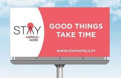 """A STAY HOTELS, a rede hoteleira 100% nacional, lançou uma campanha de outdoors grande formato, instalados nos principais eixos rodoviários de norte a sul do país, com a mensagem """"Good Things Take Time – STAY HOME""""."""