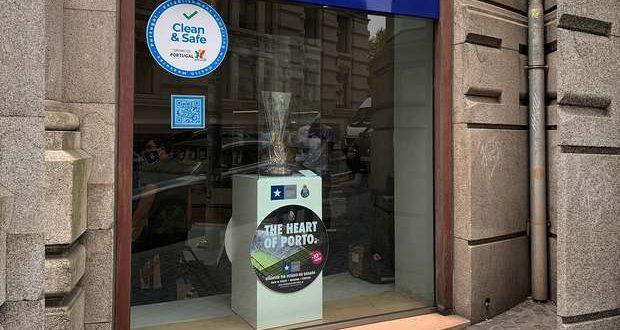 Troféu da Liga Europa exposto na Baixa do Porto