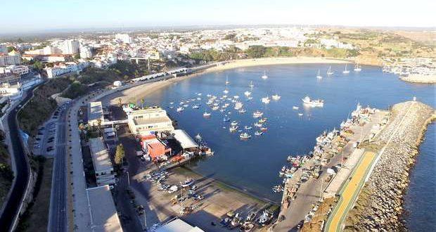 Limpeza dos fundos da bacia do porto de pesca de Sines
